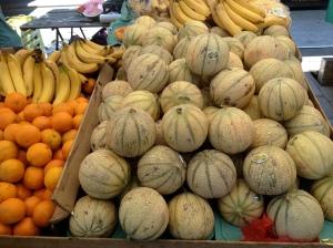 Südliche Früchte am Marktstand