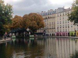Friedlich fließt der Canal durch das 10. Arrondissement