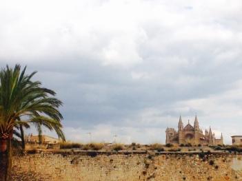 Blick über die Stadtmauer auf die Kathedrale von Palma
