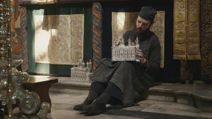 Mönch Pantokrator reinigt Weihrauchgefäße vor einem großen Fest