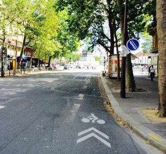 Busse und Räder teilen sich in Paris oft eine Spur