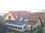 Pension Hotel Klostergaarden, dahinter das Meer in Allinge, Bornholm