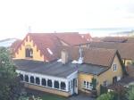 Pension Hotel Klostergaarden, dahinter das Meer in Allinge, Bornholm