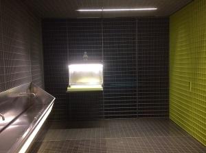 Fondazione Prada Milan: der Baby-Wickeltisch sieht aus wie das Ende eines Industrie-Laufbandes
