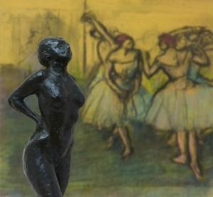 Degas & Rodin. Giganten der Moderne. Edgar Degas: Tänzerin in Ruhestellung, um 1882/1885, Bronze, H. 45,5 cm; Tänzerinnen (im Hintergrund) 1900-1905, Von der Heydt-Museum Wuppertal, Foto: Medienzentrum/Antje Zeis-Loi