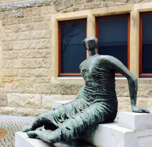 Vor dem LWL-Museum in Münster:Henry Moore: Draped Seated Woman, 1957/58