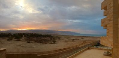 Wanderungen durch Jordanien. Sonnenaufgang mit Blick auf das Tote Meer