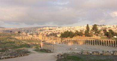 Das antike Forum von Jarash, dahinter die heutige Stadt
