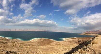 Wanderungen durch Jordanien: Blick auf das Westjordanland jenseits des Toten Meeres