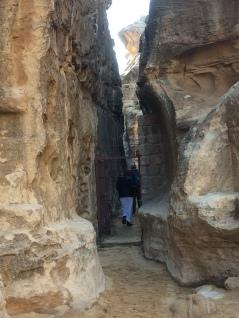 Ein Felsenspalt führt nach KLein-Petra