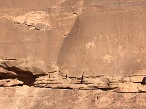 Felszeichnungen von früheren Generationen Wüstenbewohnern