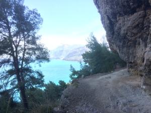 Perspektive Richtung Port de Canonge mit steilem Fels-Überhang