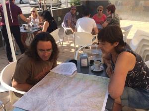 Orientierung auf der Landkarte vor Beginn der Wochentour