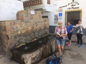 Auftanken in Yegen – die Brunnen sind auch Treffpunkt