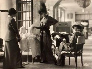 Kundinnen im damals berühmten Modehaus Zwieback in Wien, 1913