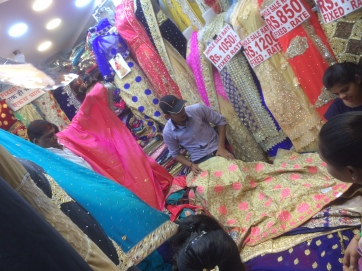 Welcher Stoff darf es sein? Auf dem Crawford Markt in Mumbai